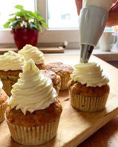 Das komplette Rezept findet ihr auf www.thomskuechenblock.com #nachspeise #dessert #cupcakes #zucchini #lemon #cheesecake #nachtisch #backen #kulinarik #rezeptideen #soulfood #guteküche #backideen #einfacherezepte #esskultur #backrezept #baking #diykitchen #rezeptezumnachmachen #spezielleernährung #weltküche #zubereitungsart #lecker #patisserie #patisseur #topping #backenmachtspaß #rezeptezumselberbacken #bakingrecipe #bakinglove #bakingtime #bakingtime #bakingtips #bakinglife #bakingcooking Zucchini Cupcakes, Cheesecake Toppings, Lemon Cheesecake, Desserts, Food, Dessert Ideas, Lime Cheesecake, Tailgate Desserts, Deserts