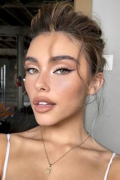 Makeup Looks For Green Eyes, Simple Makeup Looks, Makeup Eye Looks, Natural Makeup Looks, Makeup With Red Lips, Makeup Blue Eyes, Black Hair Makeup, Vintage Makeup Looks, Pretty Makeup Looks