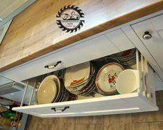 Nagy teherbírású fiókok könnyű, csendes mozgással, egyszerű kezelhetőséggel, ma már természetesnek vett záródáskori csillapítással. Kitchen Cart, Home Decor, Decoration Home, Room Decor, Kitchen Carts, Interior Decorating