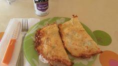 Quesadillas Keto Rellenas (queso de untar, aceitunas negras)