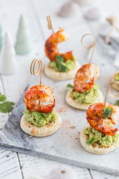 Escal Shrimp and Avocado Bites - Here is a simple and original idea for a festive aperitif: shrimp and guacamole bites on homemade b - Italian Snacks, Italian Appetizers, Best Appetizers, Italian Recipes, Appetizer Recipes, Gluten Free Puff Pastry, Clean Eating Snacks, Finger Foods, Easy Meals