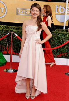 70. Young Style Queen Sarah Hyland in a short rosé Pamella Roland dress at the 2014 SAG Awards.