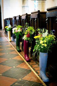 Hochzeitsdeko - Blumen in bunten Gummistiefeln