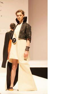 """""""mystical architecture"""" my collection abito bianco di tappezzeria con pannelli interni neri di viscosa cuciti a mano.  Giacca a kimono con tessuti sperimentali: teletta + chiffon + vinavil"""