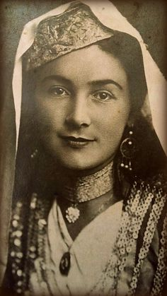 Tatars (end beginning of the century) Old Pictures, Old Photos, Crimean Tatars, Ukraine Girls, Retro Photography, Empire Style, Folk Costume, Central Asia, Ethnic Fashion