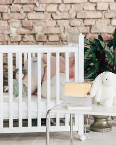 ZirbenLüfter Cube mini für Räume bis 15 qm, sehr gut geeignet für das Kinderzimmer, da besonders Babys und Kinder unter belasteter, schlechter Raumluft leiden. Gesunder Schlaf für ihr Kind mit der Wirkung der Zirbe und der natürlich verbesserten Raumluft Leiden, Babys, Cribs, Toddler Bed, Furniture, Home Decor, Healthy Sleep, Hotel Bedrooms, Bedroom