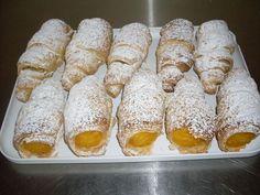 Les cornes d'abondance sont faites de pâte feuilletée et de crème pâtissière parfumée à la vanilla, et sont farcies avec cette crème après la cuisson.