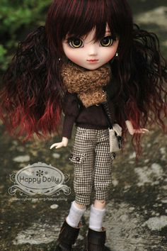 I used to have that wig, such a nightmare... But it looks soooo good on this dollie :-)