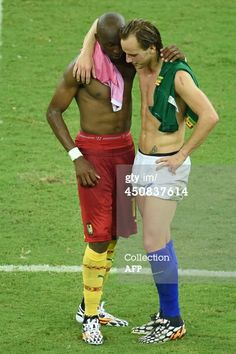 BRAZIL, Manaus : Cameroon's midfielder Stephane Mbia (L) and Croatia's midfielder Ivan Rakitic (R) speak at the end of the Group A football match between Cameroon and Croatia in the Amazonia Arena in Manaus during the 2014 FIFA World Cup on June 18, 2014. AFP PHOTO / EMMANUEL DUNAND