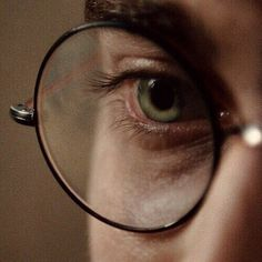 Image discovered by _idonut_care_. Find images and videos about eyes, green and harry potter on We Heart It - the app to get lost in what you love. Mundo Harry Potter, Harry Potter Aesthetic, Harry James Potter, Harry Potter Universal, Harry Potter Fandom, Harry Potter World, Hogwarts, Camille Desmoulins, Fotografia Tutorial