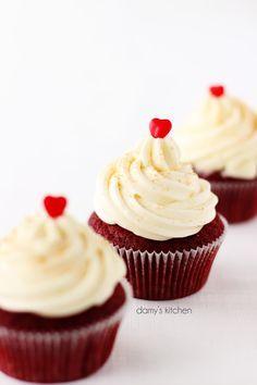 Kıpkırmızı kadife yumuşacık top kekler.. Benim en en sevdiklerimden! Kakaolu romantik keklerin peynirli şekerli kremayla uyumunu ancak siz...