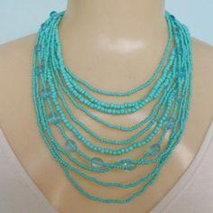 Maxi colar azul, feito com miçangas e resina e  fecho em metal dourado. R$ 12,00