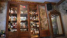 Με ατμοσφαιρικό περιβάλλον και μικρή λίστα -όσο το μέγεθός του- που μας πάει πίσω στο χρόνο, το Oh My God κάνει γνωστό έναν άγνωστο αλλά πολυσύχναστο πεζόδρομο του κέντρου. China Cabinet, Liquor Cabinet, Furniture, Home Decor, Crockery Cabinet, House Bar, Interior Design, Home Interior Design, Arredamento
