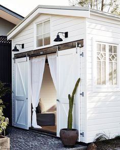 This Byron Bay boutique hotel has had an impressive update – Vogue Australia Beach Cottage Style, Beach Cottage Decor, Coastal Style, Beach House, Beach Town, Coastal Living, Byron Bay Beach, Palm Beach, Tyni House