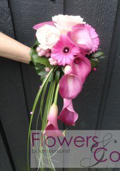 Bruidsboeket A-symetrisch. U kunt ook voor andere kleur- en bloemcombinaties kiezen. Wij adviseren u graag over de mogelijkheden.
