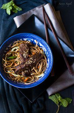 Salata asiatica cu noodles si vita