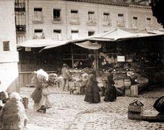 Primitivo mercadillo sobre el solar de la antigua iglesia de San Miguel de los Octoes ( s. XIII ). Actualmente en ella se ubica el mercado de San Miguel. Madrid