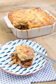 Recept voor pastitsio, een heerlijke Griekse pastaovenschotel met pastitsio, tomatensaus en afgetopt met bechamelsaus en geraspte kaas.
