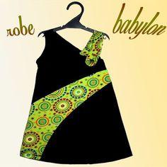 Robe asymétrique facile à réaliser et originale. Elle peut être faite en tissu ou en maille fine de type jersey. Elle comporte trois empiècements sur le devant deux sur le dos. Une bretelle qui s'attache par un bouton.