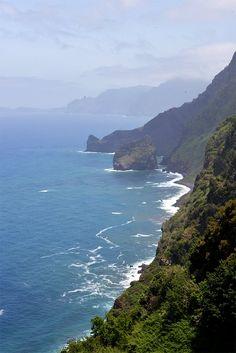 Bem-Vindo a #Madeira ! / Welcome to Madeira - via A Taste of my Life 02.06.2015 | Dans cet article nous allons nous évader un peu et j'espère que vous allez apprécier cet aperçu des paysages inoubliables où la nature est omniprésente, où la végétation est si riche. Au programme, les montagnes autour du Pico do Arieiro, la randonnée dans les Balcões, l'Océan et ses dauphins, les dunes de l'île de Porto Santo, les falaises de Santana. #portugal #voyages #travel #islands Photo: santana falaises…