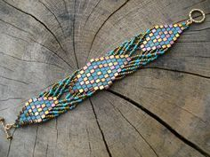 Brick Stitch with twists sample. Tute is here: http://www.youtube.com/watch?v=3BC32VacraM=plcp (not English) #Seed #Bead #Tutorials