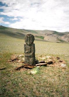 Bir Elinde Türk Ant Kadehi olan, diğeri ile Erlik Kemerini tutan bir Türk Bey'i..Arkasındaki Mezar-Kurgan..Moğolistan.