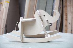 Aquí tienes, explicado paso a paso, un proyecto de bricolaje muy divertido: construir un balancín de madera con forma de elefante para el peque de la casa.