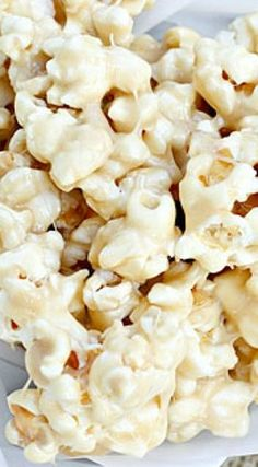 Marshmallow Caramel Corn: This marshmallow coated popcorn is the perfect sweet treat for movie night, or just for fun! Appetizer Recipes, Snack Recipes, Dessert Recipes, Cooking Recipes, Appetizers, Frosting Recipes, Cookie Desserts, Easy Desserts, Popcorn Recipes