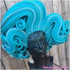 Schöne Aqua blau Schaum Perücke mit viel Strass und abnehmbaren Schleier.
