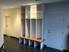 Mudroom locker in 23 mm MDF and oak countertop.