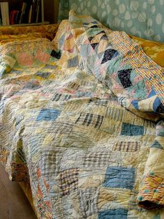 ---antic--- -A vintage patchwork quilt. I love to imagine our future tot stretched out sleeping on a quilt similar to this outside on a warm summer afternoon. Old Quilts, Antique Quilts, Vintage Quilts, Vintage Fabrics, Quilting Projects, Quilting Designs, Patchwork Designs, Patchwork Tutorial, Quilt Making