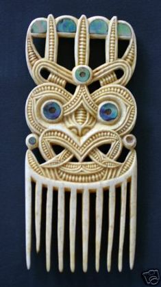 one of the greatest maori carvers created this heru comb . pataromu tamatea - New Zealand .