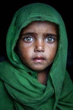 La voz detrás de los emotivos retratos de niños de la calle en Bangladesh