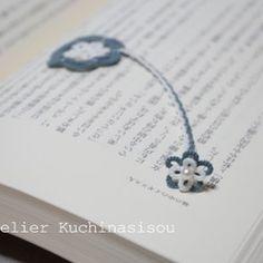 タティングレースで編んだ、お花モチーフのしおりです。本を閉じると小さな方の小花がちょこんと顔をのぞかせて、何とも愛らしい風情です(^^♪こんなお花が本の隙間から咲いていたら、ついつい気になって何度も見てしまいそう♪小花の中心にあしらわれた白い淡水パールが、控えめな華やかさをそえていて、とても上品です。読書のお供にいかがでしょう?(湊煤竹……みなとすすたけ、と読みます。あまり聞きなれない色ですが、深く渋い青緑はお花のモチーフもかわいくなりすぎず、ご年配の方や男性も使いやすい色合いです♪)◆素材:糸 綿100%◆サイズ:大きな花モチーフ+紐 縦11cm×横3cm 小花モチーフ 縦1.3cm×横1.3cm◆厚み:大きな花モチーフ+紐 1mm 小花モチーフ 7mm*できるだけわかりやすい写真を心がけていますが、撮影時の光の入り具合やご使用のモニター環境により、実際の色と差異がある場合がございます。*この商品はすべてレース糸で製作しているため、多少の伸び縮みがございます。また、過度な力(強い摩擦、ひっかかり)により破損してしまう場合がございます。お取扱いにご注意...