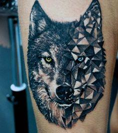 tatuaje lobo tatuado en el brazo de un hombre