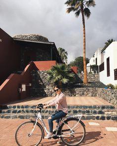Muy buenos días! Empezamos el día así alquilando unas bicicletas (por fin) y yéndonos a descubrir la isla... quién se apunta?  .  Morning! My Monday starts like this... renting some bikes and going to discover the island!