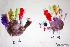 """Pavo con manitas  ¿Qué necesito? Pinturas de agua de cinco colores, incluyendo café Un ojito Pegamento blanco Hoja Lápiz o plumón rojo y negro  ¿Cómo lo hago? Pinta la manita de tu peque y su dedo pulgar con el café y cada dedo sobrante de un color diferente. Plasma la manita en el papel, pega el ojito con pegamento blanco y pinta las patas, el pico y el """"moco"""" del pavo. Plasma, Teaching Materials, Thanksgiving, Christmas Ornaments, Holiday Decor, Crafts, Water Colors, Paintings, White People"""