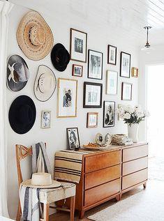 decoração com quadros e chapéus na casa #retrohomedecor