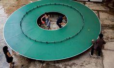 Une table de ping-pong ronde pour faire des parties à plusieurs dizaines de personnes