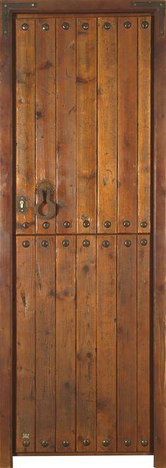 Puerta rústica de una hoja partida con mirilla, postigo y reja. Estructura y marco de pino macizo. Duelas machihembradas a una cara de madera antigua de pino recuperada. Clavos y demás herrajes de hierro forjado artesanalmente.Cerraduras de seguridad y manivela rústica incluida. Acabado anticuario con pátina de cera.