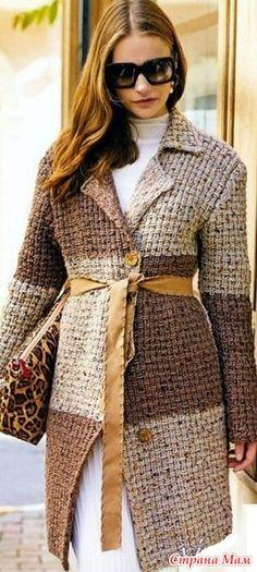 Модный кардиган, который связан исключительно простым крупным узором спицами. Кардиган сезона осень-весна 2017 -2018 года имеет очень эффектное решение.