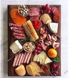 charcuterie snacks so we don't die from just rosé and champagne while cooking Cheese Trays, Meat And Cheese, Wine Cheese, Low Calorie Dinners, Easy Healthy Dinners, Healthy Dinner Recipes, Party Recipes, Charcuterie And Cheese Board, Charcuterie Platter