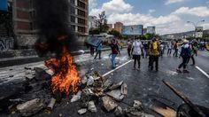 Al menos 57 personas resultaron heridas o lesionadas hoy en Caracas, donde efectivos de la Policía y la Guardia Nacional de Venezuela disolvieron con gases lacrimógenos y balas de goma, por quinta vez en diez días,   #DICTADURA #MADURO #represión