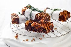11 sugar-free desserts to make tonight Grab-and-go muesli bars Lusciously decadent bars of soft fruit and crunchy nuts to give you the ener. Healthy Office Snacks, Healthy Treats, Healthy Eating, Healthy Breakfasts, Clean Eating, Dinner Healthy, School Snacks, School Lunch, Easy Snacks