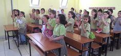 Bantu Pendidikan Pengungsi Kementerian Pendidikan Turki Siapkan Sekolah untuk Anak-anak Suriah  SALAM-ONLINE: Kementerian Pendidikan Turki akan membuat sekolah untuk anak-anak Suriah yang mengungsi ke negara pimpinan Presiden Erdogan itu agar memperoleh pendidikan yang baik.  Para pejabat di kementerian itu mengatakan telah menyiapkan peta jalan di 81 provinsi Turki untuk segera dibangun sekolah bagi anak-anak pengungsi Suriah.  Program yang akan dibentuk oleh Kementerian Pendidikan Turki…