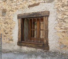 Ventana antigua de casa rural.