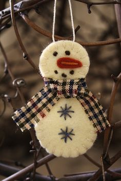 snowman Could make this with warm and natural scraps. Use an old felted wool blanket for the snowman. Very cute!!