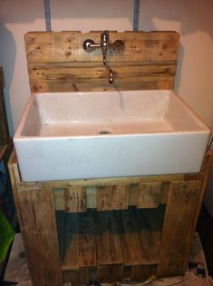Old Pallets Ideas meuble buanderie Pallet sink in pallet furniture pallet bathroom ideas with sink Pallets - Creation made with recycled EURO pallets and an old reused sink. 1001 Pallets, Recycled Pallets, Wooden Pallets, Recycled Wood, Euro Pallets, Pallet Wood, Pallet Walls, Wooden Diy, Plastic Pallets
