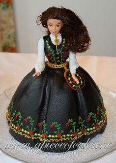Løkenkake til Frida Barbie Cake, Barbie Dolls, Norway Food, 18th Birthday Cake, Sculpted Cakes, Fairy Cakes, Food Decoration, Piece Of Cakes, Creative Cakes