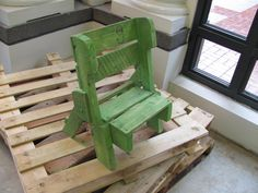 Pallet Kids Chair Pallet Crates, Pallet Chair, Wooden Pallets, Pallet Seating, Pallet Furniture And Decor, Furniture Projects, Wood Furniture, Pallet Kids, Diy Pallet Projects